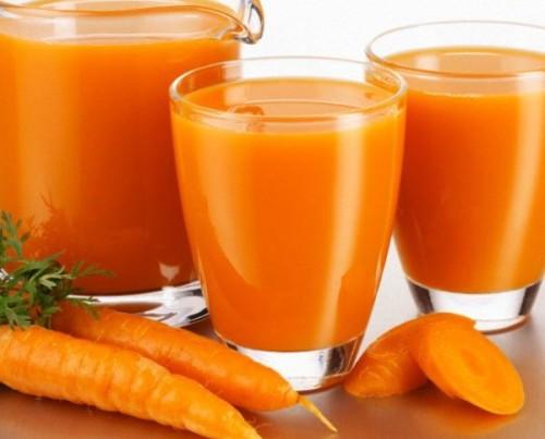 Морковный сок помогает обрести золотистый оттенок
