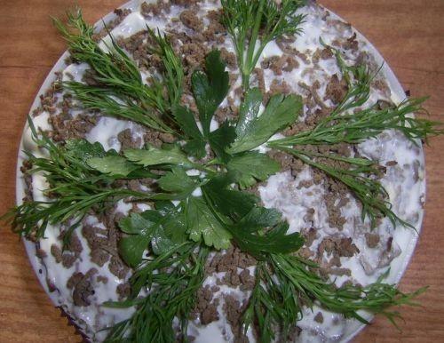 Pitatelnyi-pechenochnyi-salat-s-iaitcom-1