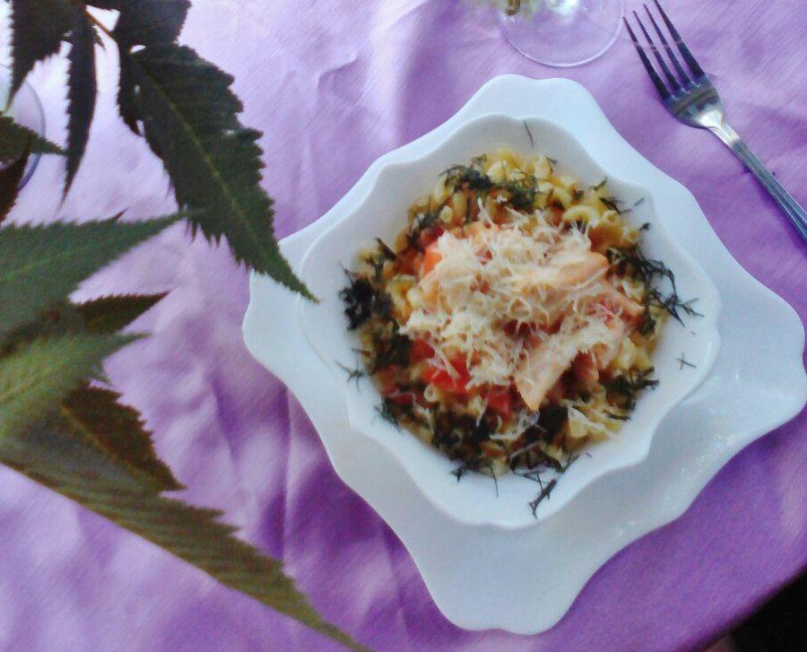 Pasta-s-kurinoi-grudkoi-tomatami-chesnokom-i-syrom-2