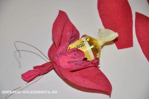 buket-orhideia-iz-konfet-gofrirovannoi-bumagi-master-class-17