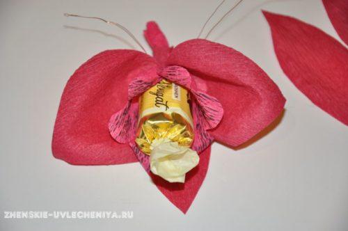 buket-orhideia-iz-konfet-gofrirovannoi-bumagi-master-class-18