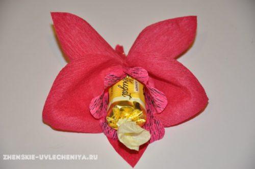 buket-orhideia-iz-konfet-gofrirovannoi-bumagi-master-class-19