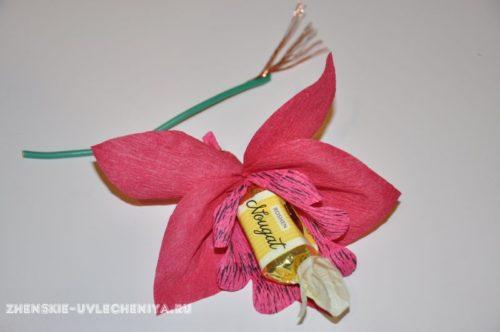 buket-orhideia-iz-konfet-gofrirovannoi-bumagi-master-class-20