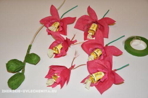 buket-orhideia-iz-konfet-gofrirovannoi-bumagi-master-class-24