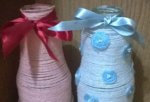 vaza-iz-butylki-svoimi-rukami-v-prostoi-tekhnike-dekorirovaniia-priazhei-0