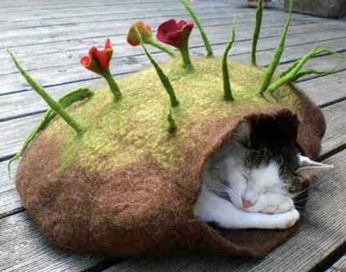 Домик-гнездо для кошки, выполненный в технике мокрого валяния
