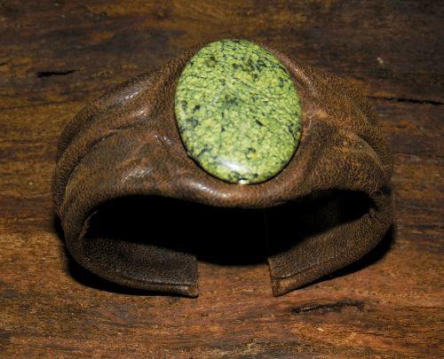 Kak-sdelat-braslet-iz-kozhi-11-500x405 Изделия из кожи своими руками для начинающих