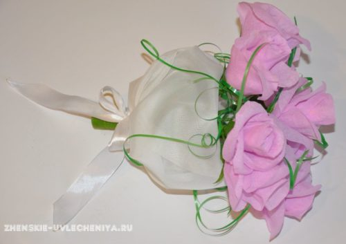 sladkii-buket-iz-roz-i-konfet-i-gofrirovannoi-bumagi-16
