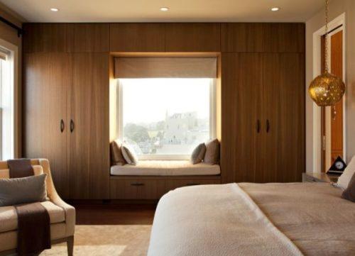 Окно с диваном в спальне