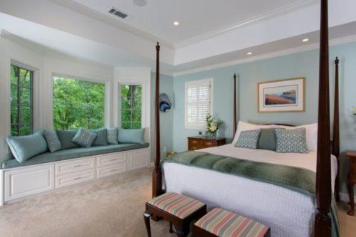 Подоконник-диван в спальне