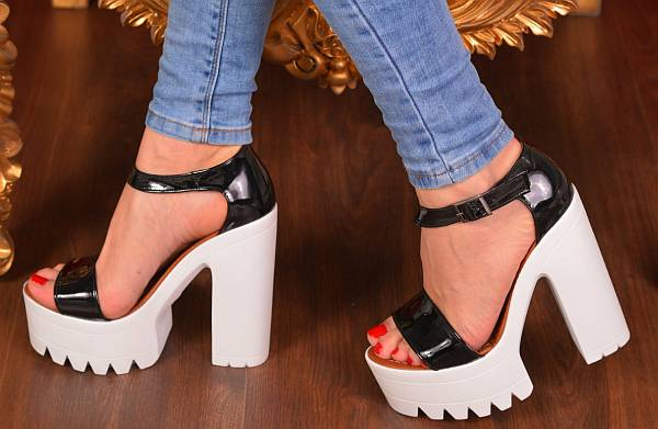 0412b4d04 Вообще, с джинсами можно носить летнюю обувь любых цветов, подбирая верх к  ее тону. Если у вас много разноцветных футболок, а обуви мало, купите сумку  под ...
