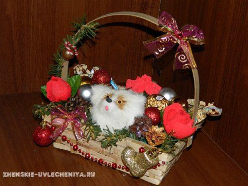 новогодний подарок с конфетами и игрушкой