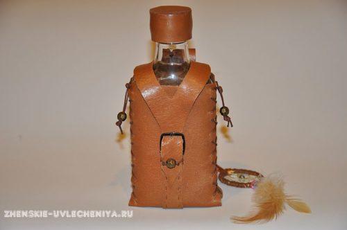 фляжка из кожи и бутылки