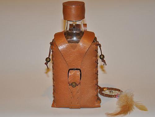 fliazhka-iz-kozhi-i-butylki-v-podarok-muzhchine-20-500x377 Изделия из кожи своими руками для начинающих