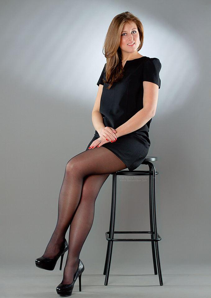 Спермой фото девушка в чулках и черном платье