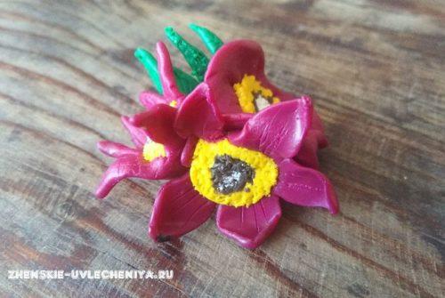 Брошь из полимерной глины с цветами