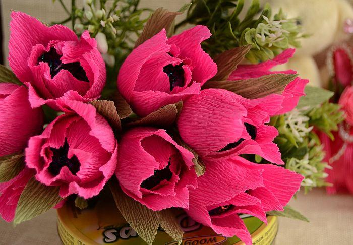 tiulpany-iz-gofrirovannoi-bumagi-s-konfetami-100 Как сделать букет из конфет своими руками для начинающих пошагово: мастер класс, фото. Букет из конфет и гофрированной бумаги, игрушек, цветов, в корзинке с розами и тюльпанами: композиции, фото