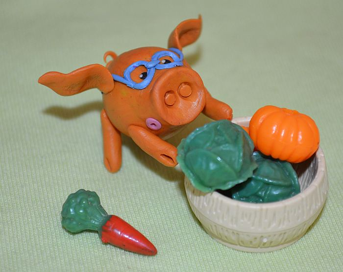 Porosenok-iz-plastilina-v-poshagovom-uroke-50 Как слепить свинку из пластилина – мастер-класс для детей. Поросята, свинки из пластилина, фигурки из мастики