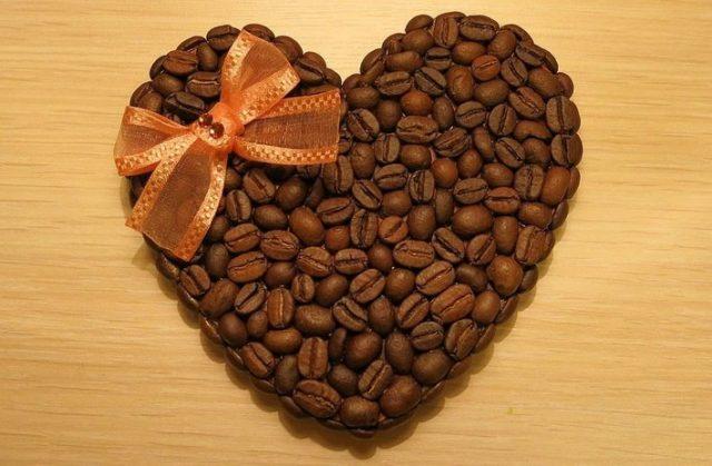 Магнитик из кофейных зерен